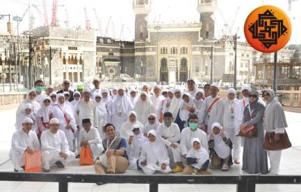 Berfoto di depan Masjidil Haram