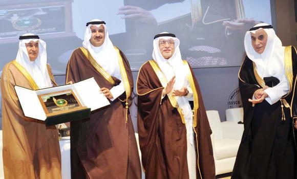 OASIS BUDAYA: Tampak berfoto bersama Gubernur Madinah Pangeran Faisal bin Salman bersama dengan Menteri Kebudayaan dan Informasi Abdul Aziz Khoja pada pembukaan konferensi menteri kebudayaan OKI di kota.